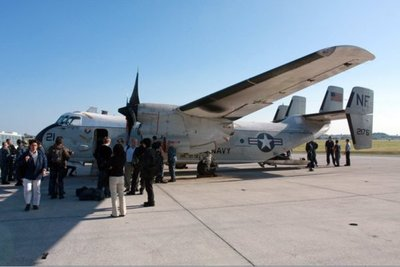 Rescatan a ocho tripulantes de avión que cayó al mar