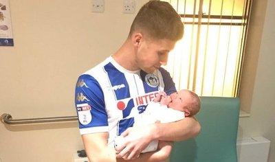Marcó un doblete y pidió cambio para ver el nacimiento de su hijo