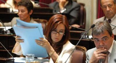 La expresidenta argentina Cristina Fernández jura su cargo como senadora