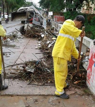 Lluvias arrastraron 50 toneladas de basura por las calles de Asunción