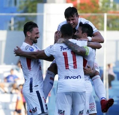 Nacional goleó para seguir en primera