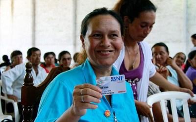 Tekoporã entrega tarjetas de débito a casi 700 familias