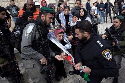Miles de palestinos protestan en las calles decisión de Trump