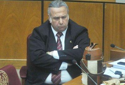 Hace casi un mes, senadores salvaron a González Daher de suspensión