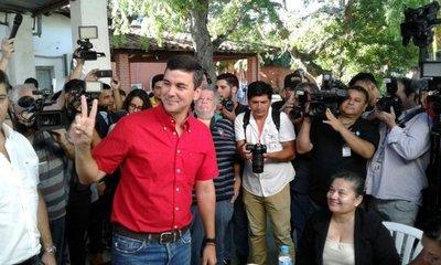 Santiago Peña votó por primera vez como colorado