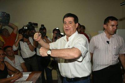 Horacio Cartes votó sin brindar declaraciones