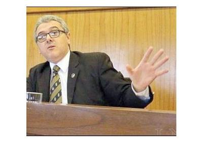 Díaz Verón usurpa el cargo de fiscal general, dice Casañas Levi