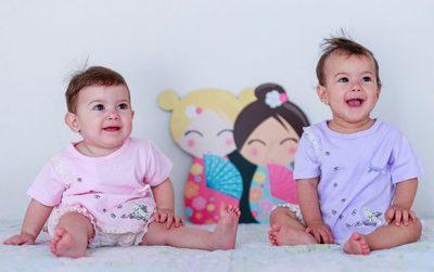 Niñas nacidas en parto único en el mundo celebran su primer año