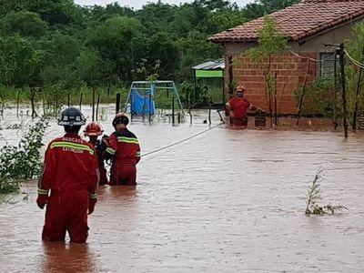 Rescatan a familias tras desborde de arroyo en Capiatá