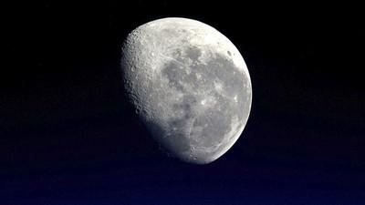 Descubren pozos en la Luna que podrían permitir la vida humana