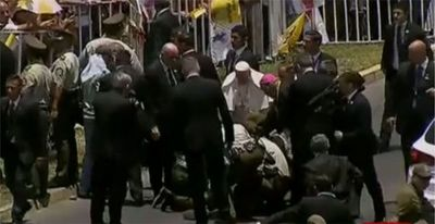 Compasivo, Francisco ayudó a carabinera herida