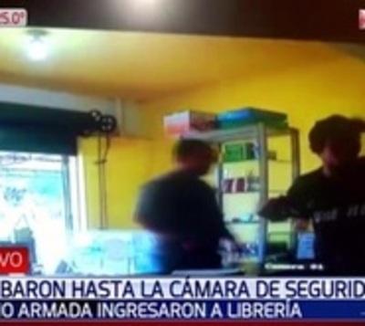 No sabían abrir caja registradora entonces robaron cámara de seguridad