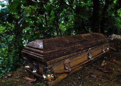 Estaba muerta y dio a luz en pleno ataúd