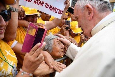 Papa se detiene para saludar a anciana ciega