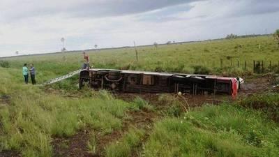 Fallece pasajera tras vuelco de bus de larga distancia