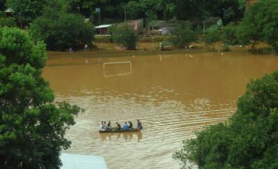 El agua comienza a bajar: 28 familias  siguen afectadas por la inundación