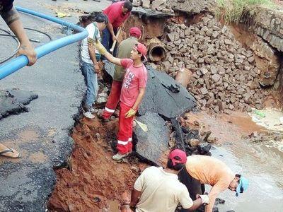 """Reparan calle """"tragada"""" por raudal en Itá Pytã Punta"""