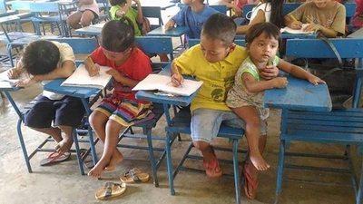 Ma'êna, con su hermano va a estudiar a la escuela