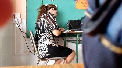 Profes también se distraen con celulares en horas de clase