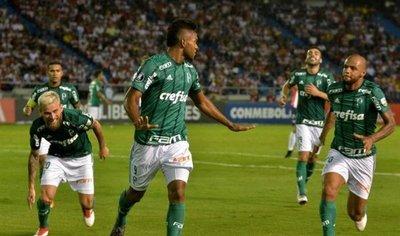Palmeiras aprovecha expulsión y vapulea a Junior en su casa