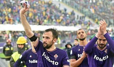 Fiorentina gana al Benevento en un duelo marcado por el homenaje a Astori