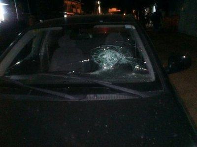 Auto dañado tras pelea de hinchas