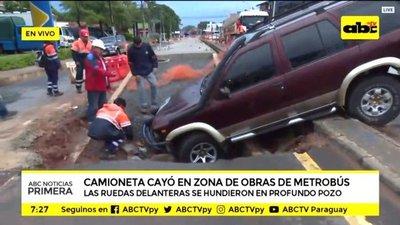 """Vehículo cae en """"metrozanja"""""""