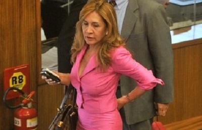 Senadora se niega a saludar a actriz y la trata de lesbiana