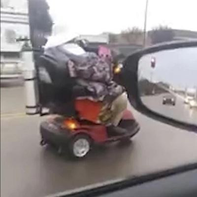La anciana comenzó su recorrido en una calle, pero terminó en una autopista