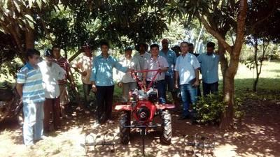 Labriegos de Yguazú reciben maquinarias y piden caminos