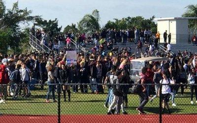 d47626fbc Tras tiroteo en EEUU, alumnos usarán mochilas transparentes