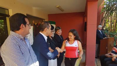 Entregan aportes por becas y salud en Caazapá