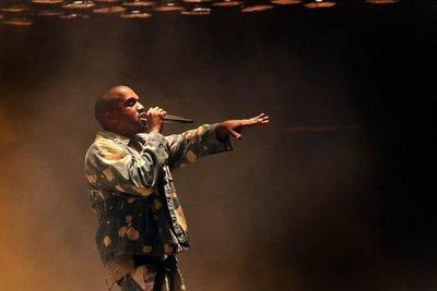 Kanye West regresa de terapia con dos discos