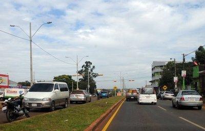 Avenida Perú: Usan motosenda para estacionar