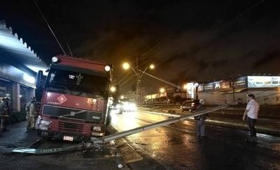 HOY / Camión derribó columna, estructura cayó sobre un auto