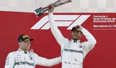 Hamilton gana en España y refuerza su liderato en la F1