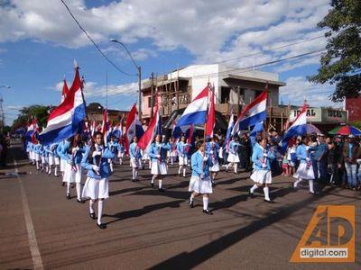 Con mucho brillo, color y entusiasmo se realiza el desfile sobre la calle Carlos A. López