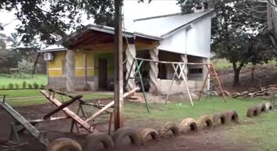 Construyó su casa en medio de una plaza