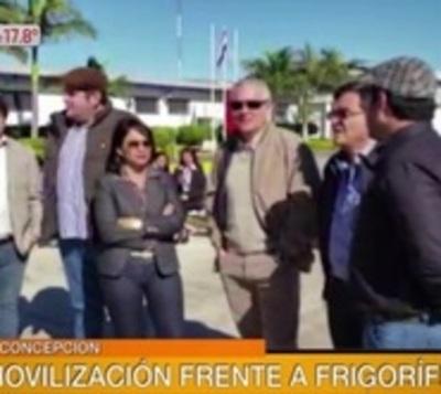 Siguen protestas de funcionarios a favor del Frigorífico Concepción