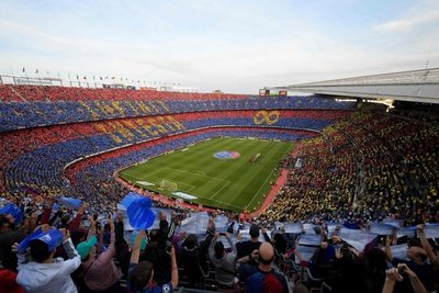 El Camp Nou despide a Iniesta con mosaico