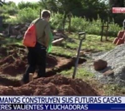 Mujeres construyen ladrillo por ladrillo sus futuros hogares