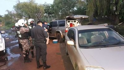 Desarmaban auto robado y fueron pillados in fraganti
