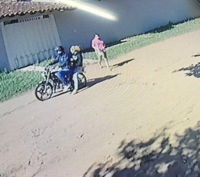Supuesta motochorra roba celular en Luque