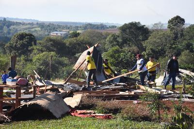 Desalojan a unas 200 familias  de una propiedad en Franco