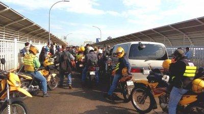 Brasileños bloquean Puente de la Amistad