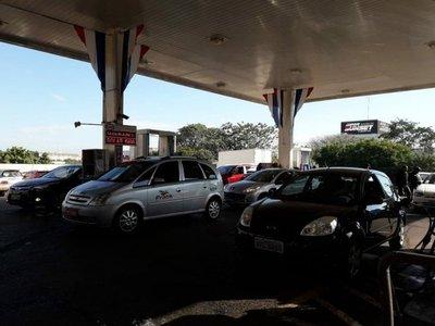Brasileños compran combustible en CDE