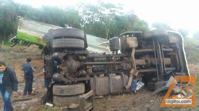 Vuelco de camión cisterna pone en peligro a vecinos y a quienes transitan por la Ruta V