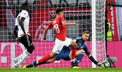 Neuer reaparece en derrota ante Austria
