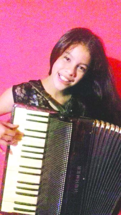 Lucerito recibió un acordeón