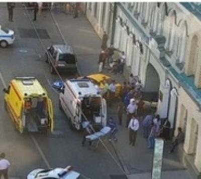 Taxi pierde el control y embiste contra transeúntes en Moscú